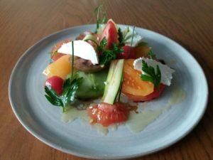 Autour de la tomate ancienne, courgette et chèvre mi-sec