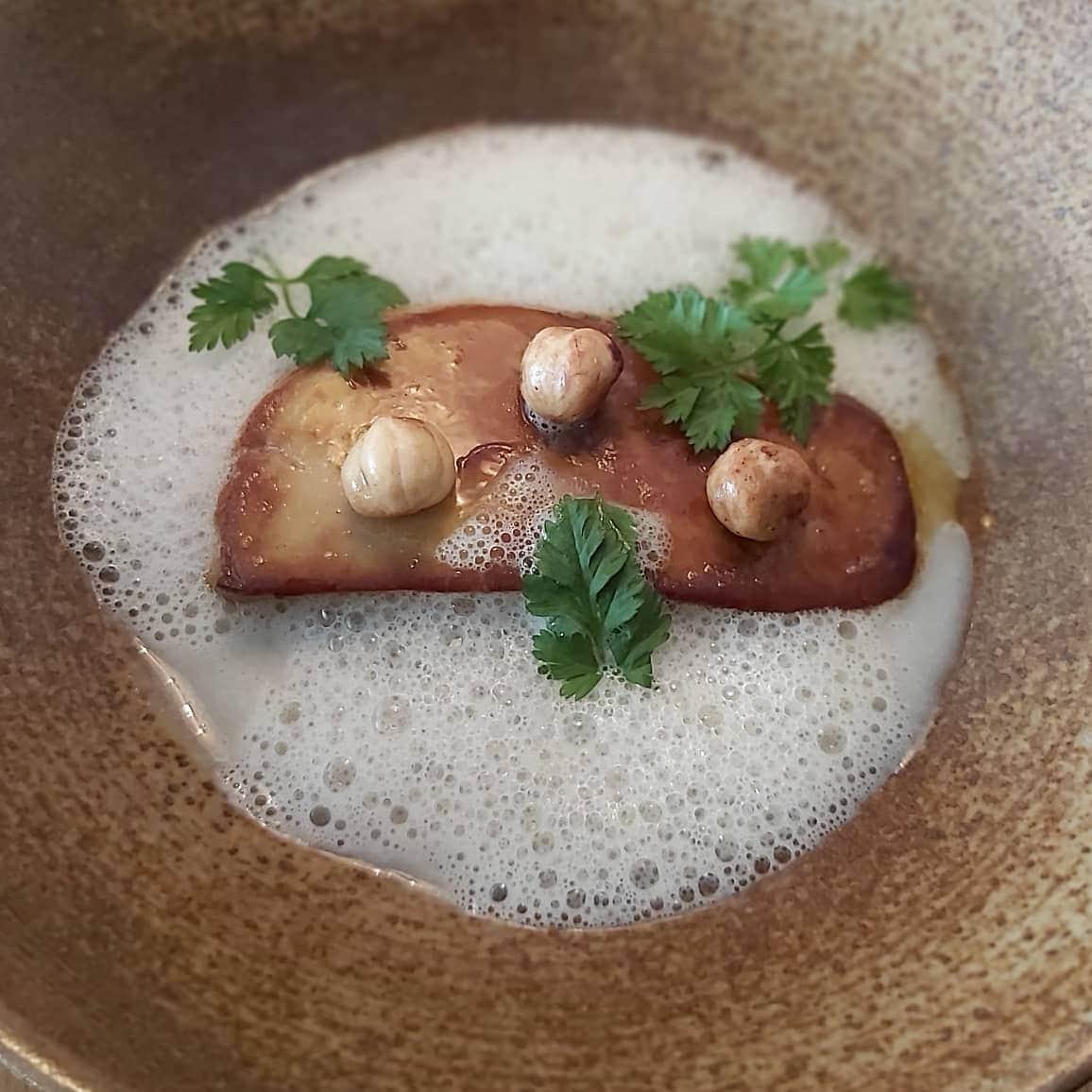 Pianovins_Foie gras de canard de Vendée, crème de Topinambours, noisettes du Piémont grillées
